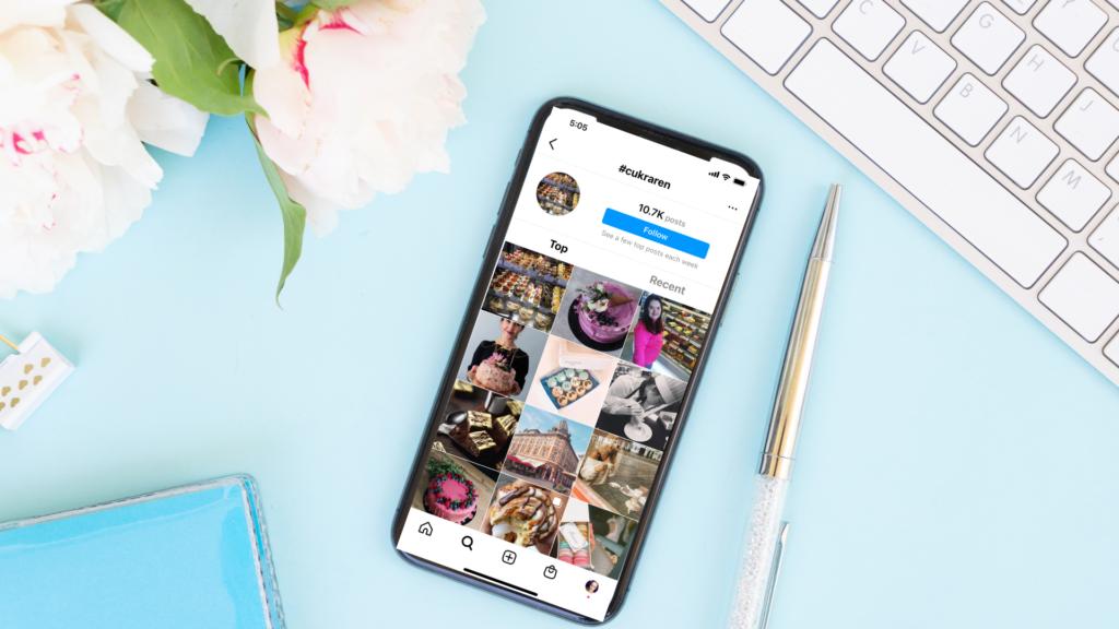 Ilustračný obrázok k blogovému príspevku Kde je najlepšie vložíť hashtagy na Instagrame. Na obrázku je zobrazený ako príklad #cukraren.